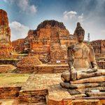Ayutthaya: jałmużna dla mnichów i... głowa w drzewie